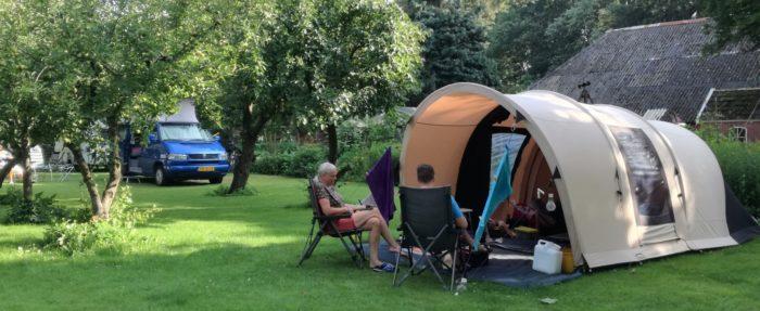 Tent of caravan plek in de boomgaard.